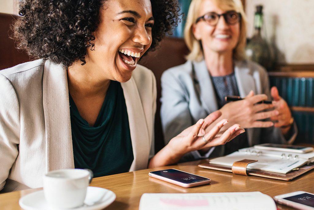 Kvinna som skrattar - Jobba hos oss