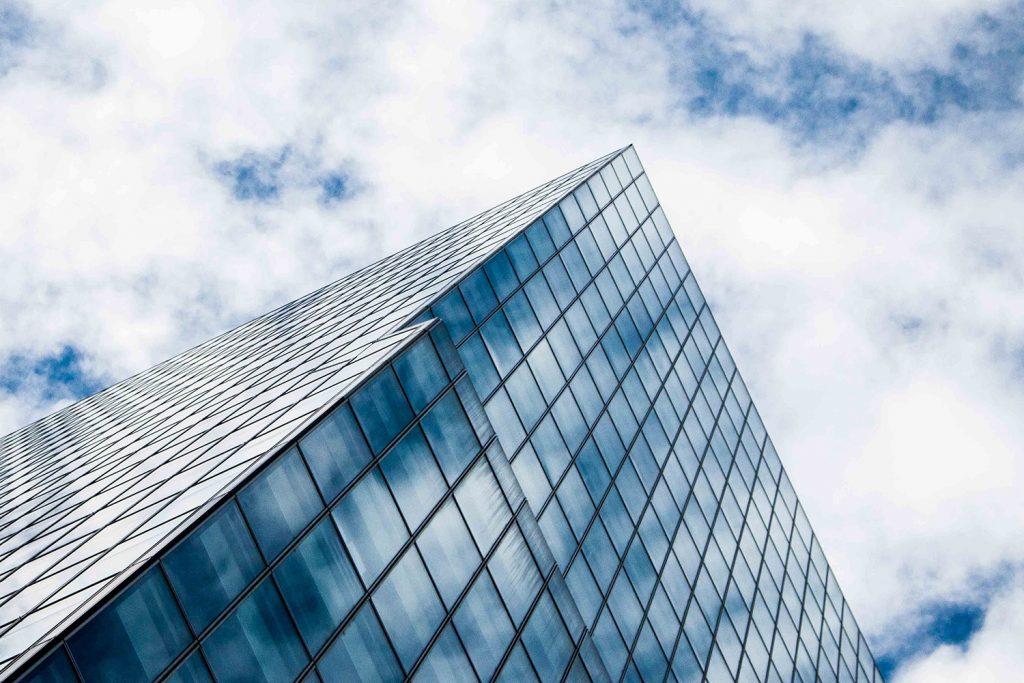 IT-säkerhetskonsulter - höghus som sträcker sig mot molnen, symboliserar möjligheterna med webbapplikationern