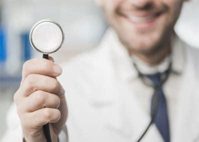 läkare som håller i stetoskop
