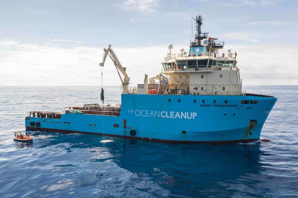 Om vårt arbete för hållbarhet - Projektet the ocean cleanup plockar upp plast ur havet med blå båt