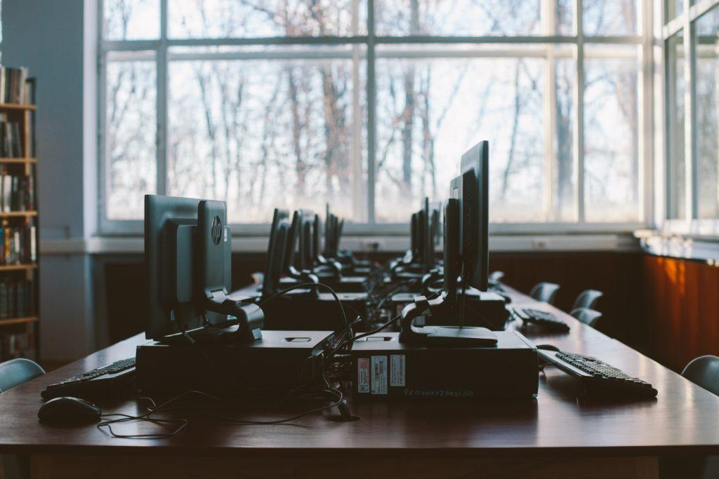 Hårdvara Kontorsmiljö för systemutveckling med uppradade datorer och IT