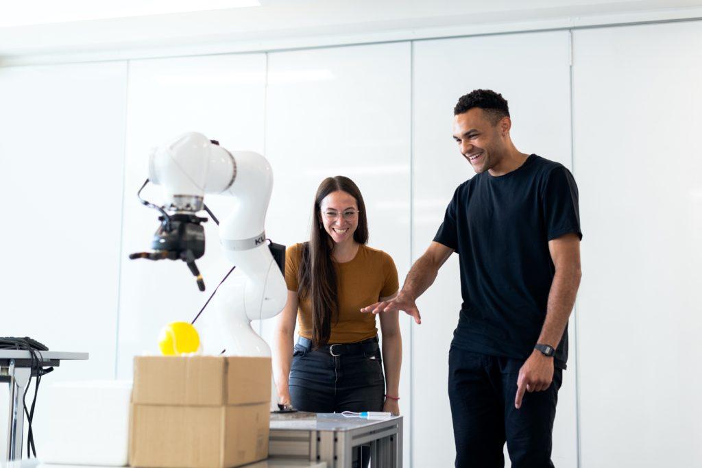 Två glada personer utforskar digitala innovationer på ett event och kunskap